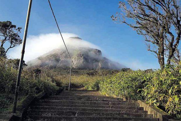 Der Aufstieg zum 2.243 Meter hohen pyramidenförmigen Adam's Peak im zentralen Hochland Sri Lankas. Foto: Sascha Bethe