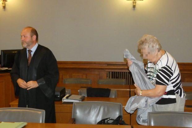 Erika S. nimmt zum Prozessauftakt neben ihrem Verteidiger Hagen Karisch Platz. Foto: Lucas Böhme