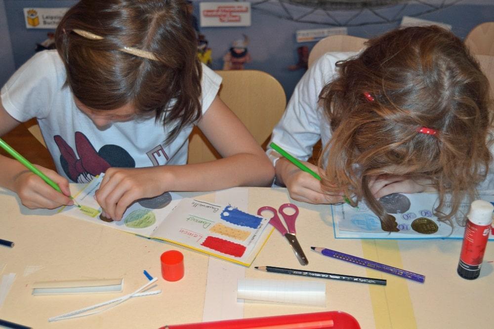 Ferienkinder gestalten ihr eigenes Buch. Foto: SGM