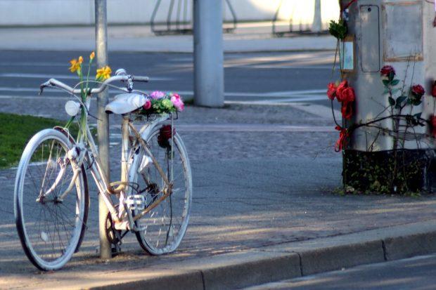 Markierte Orte, an denen vermeidbare Tragödien stattfanden. Ein weiteres Ghostbike am Wilhelm-Leuschner-Platz. Foto: L-IZ.de