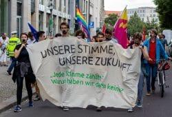 Jugendliche mit verklebten Mündern fordern ein Wahlrecht für Menschen unter 18. Foto: Tobias Möritz