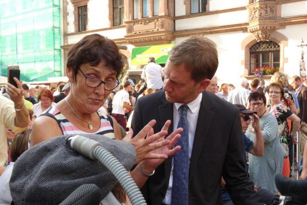 Image des Kümmerers: Kretschmer sprach auch mit einer Gruppe Behinderter über deren Probleme und sagte Hilfe zu. Foto: Lucas Böhme