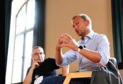 """Jens-Uwe Jopp und Christian Lindner (FDP) am 28. August im Schillergymnasium zur Frage der """"Freiheit"""". Foto: L-IZ.de"""
