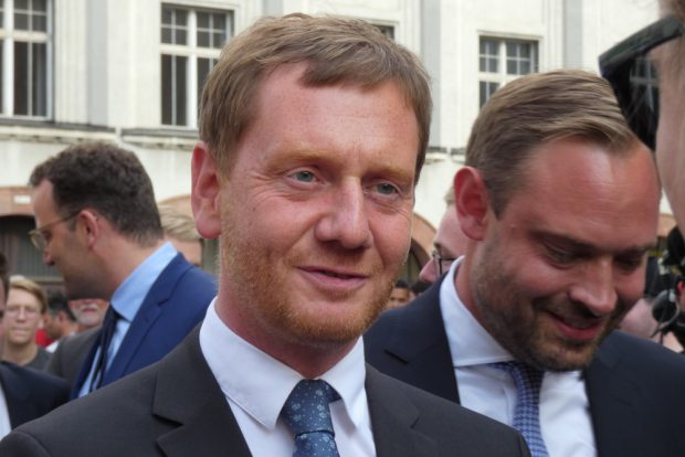 Michael Kretschmer in Leipzig. Hinten links Bundesgesundheitsminister Jens Spahn, rechts der sächsische CDU-Generalsekretär Alexander Dierks. Foto: Lucas Böhme