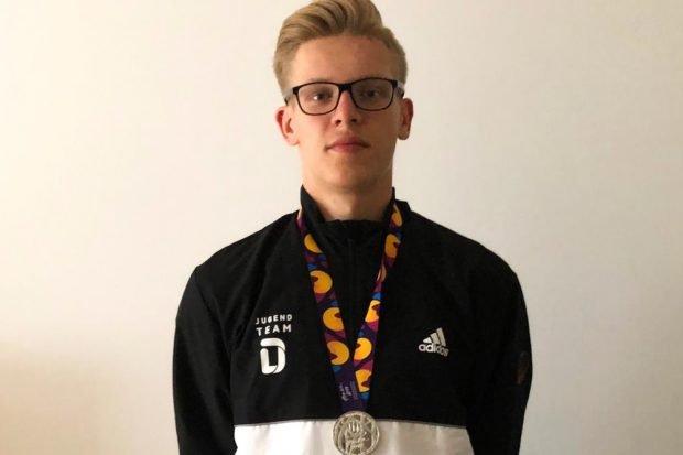 Niclas Heitkamp mit seiner Medaille. Quelle: Privat