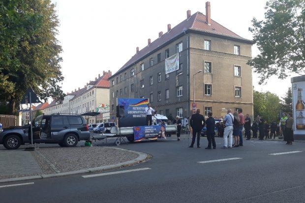 Neun der zehn Teilnehmenden der Poggenburg-Kundgebung. Foto: René Loch