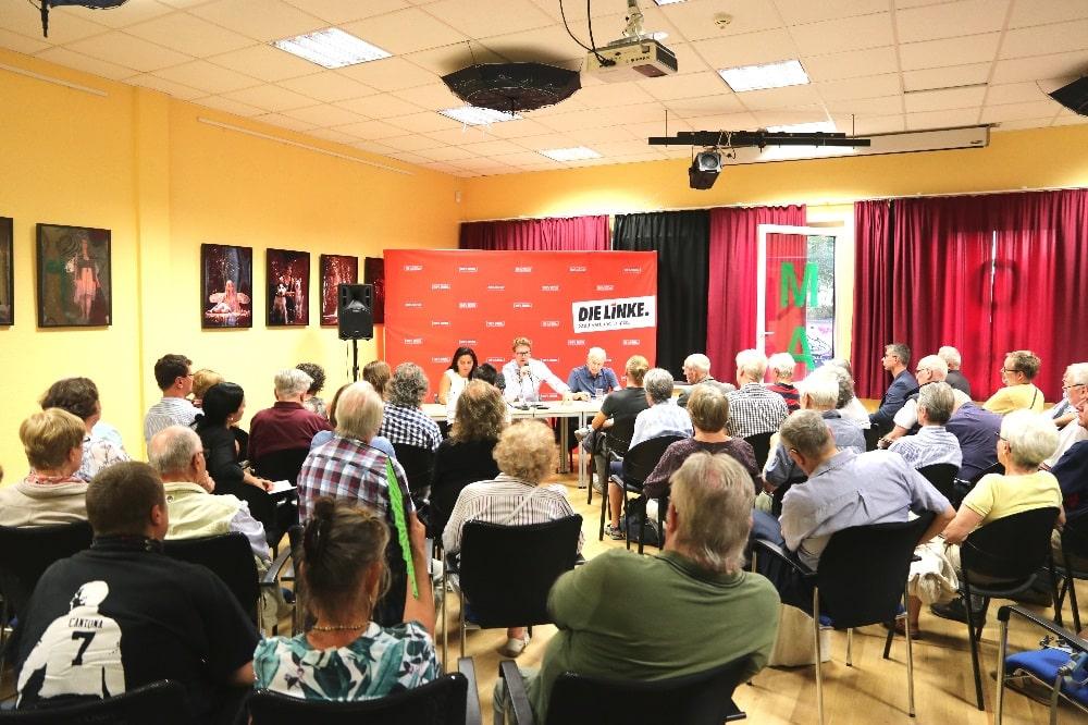 Sevim Dagdelen, Adam Bednarsky und Hans Modrow am 12. August 2019 im KOMM-Haus in Grünau. © Michael Freitag