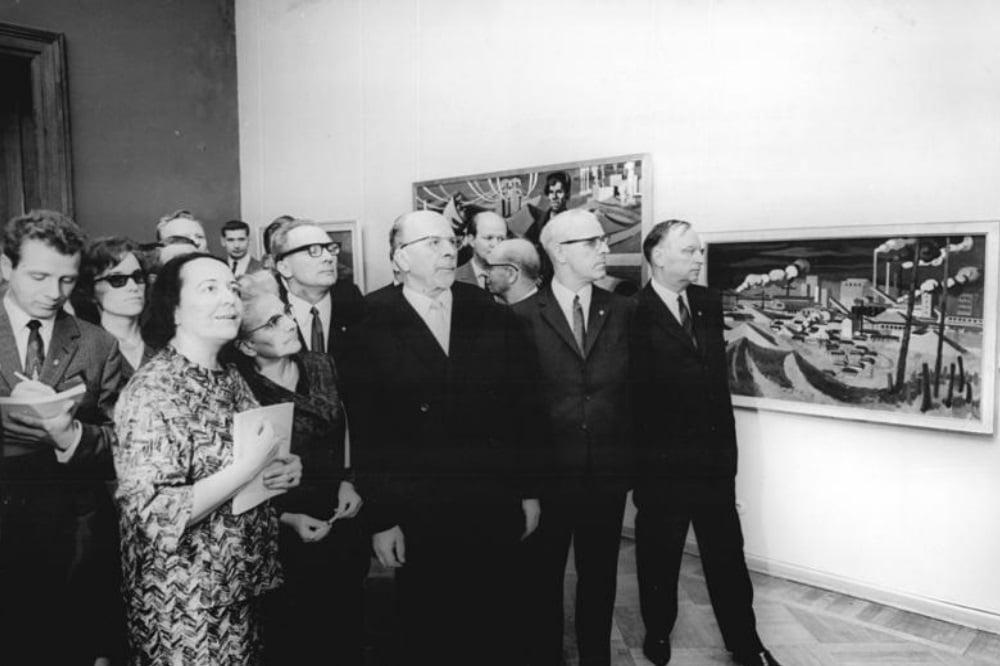 Walter Ulbricht (m.) beim Besuch einer Kunstausstellung in Dresden 1967. Noch muss sich Erich Honecker direkt hinter ihm mit der zweiten Reihe begnügen. Foto: Bundesachiv (Gemeinfrei)