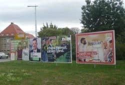 In der Regel ab sechs Wochen vor dem Wahltag erteilen Gemeinden die Sondernutzungserlaubnis für Wahlwerbung im öffentlichen Raum. Jeweils etwa 50.000 bis 100.000 Plakate befestigt jede der großen Parteien in Sachsen. © Frank Willberg