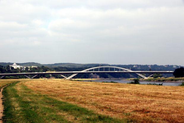 Die Waldschlösschenbrücke von weitem. Lange Jahre Zankapfel in der Landeshauptstadt. Foto: L-IZ.de