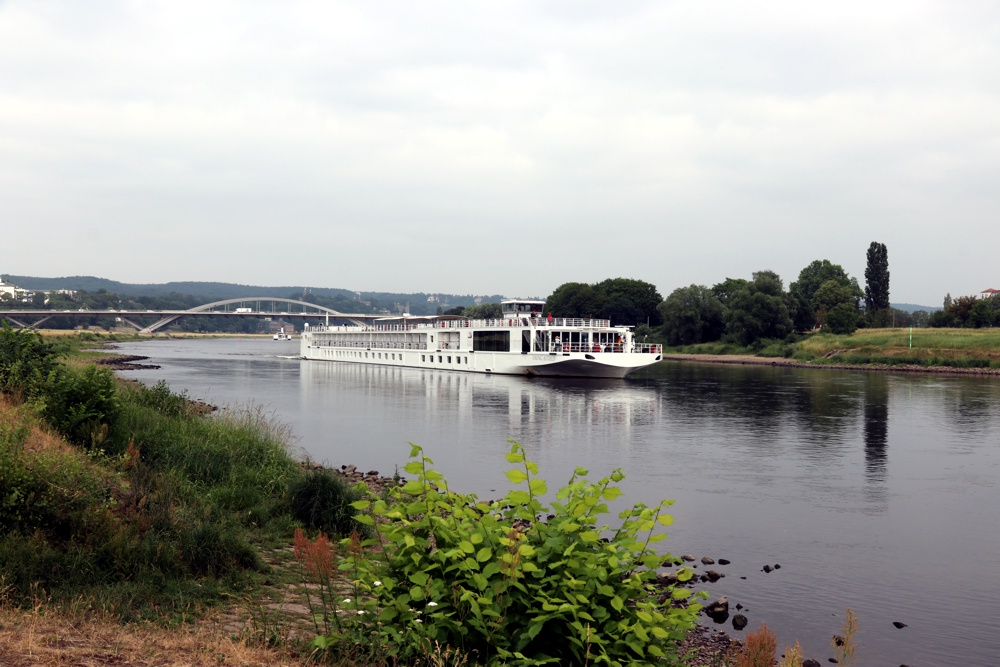 Die Waldschlösschenbrücke 2018 und ein bisschen Restschiffahrt auf der Elbe. Foto: LZ