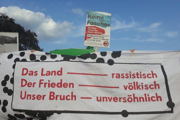 Fronttransparent und Plakat bei der Antifa-Demo. Foto: René Loch