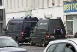 Polizei am Fundort der Leiche in der Georg-Schumann-Straße. Foto: Sebastian Beyer