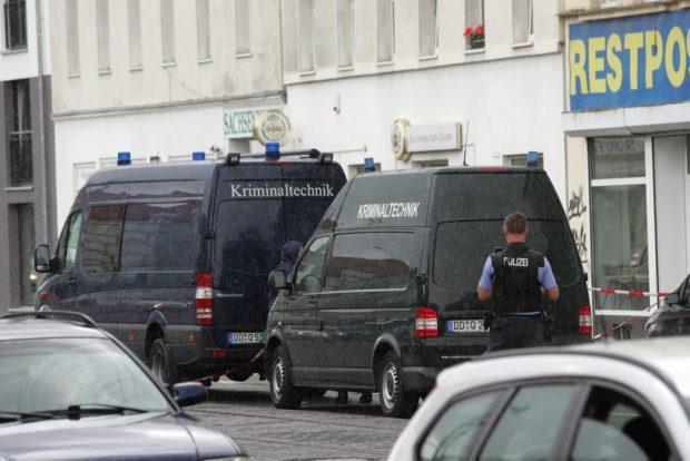 August 2019: Die Polizei sichert Spuren am Fundort der Leiche in der Georg-Schumann-Straße. Foto: Sebastian Beyer