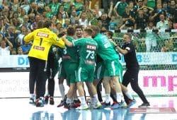 Wahnsinn! Leipzig feiert den kaum für möglich gehaltenen Sieg in letzter Sekunde. Foto: Jan Kaefer