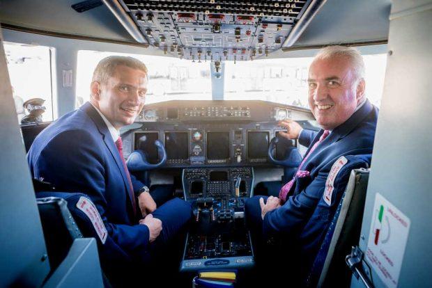 Wirtschaftsminister und Vize-MP Martin Dulig und Dave Jackson, Geschäftsführer der DRA GmbH, im Cockpit der D328NEU. Foto: SMWA/Bonss