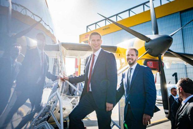 Wirtschaftsminister und Vize-MP Martin Dulig und Fertigungsleiter Nico Neumann betreten die D328NEU. Foto: SMWA/Bonss