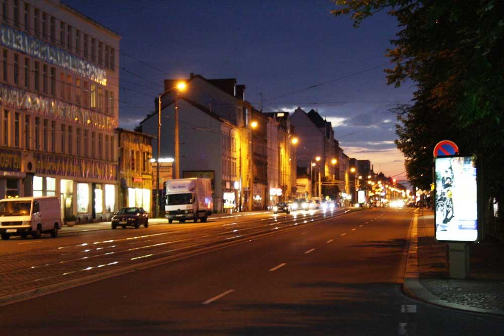 Georg-Schumann-Straße bei Nacht. Foto: Ralf Julke