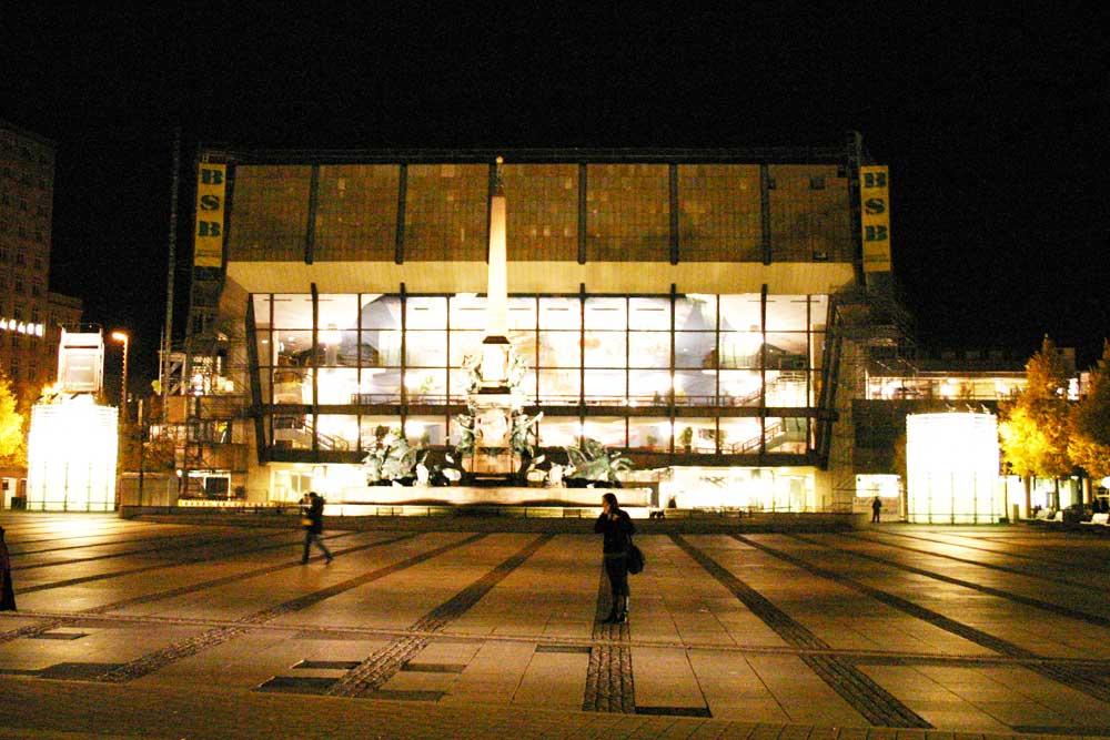 Gewandhaus bei Nacht. Foto: Ralf Julke