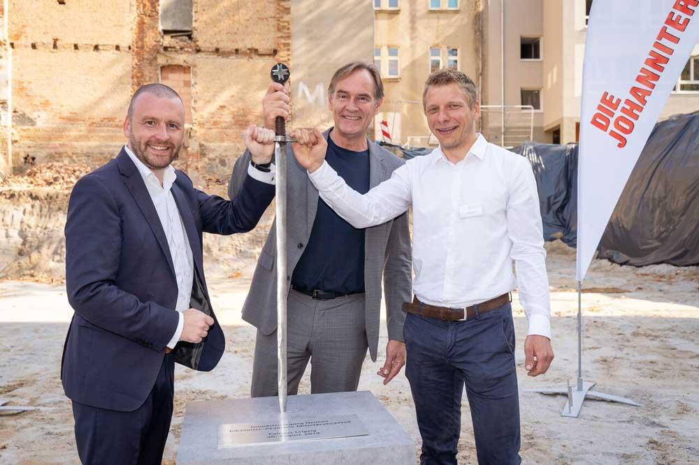 Grundsteinlegung mit OBM Burkhard Jung, Lars Menzel (Geschäftsführer der Johanniter-Akademie Mitteldeutschland) sowie Jörg Wimmer (Geschäftsführer basis|d). Foto: Frank Schütze/priori relations