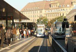 Rappelvoll im Berufsverkehr: Haltestelle Hauptbahnhof. Foto: Ralf Julke