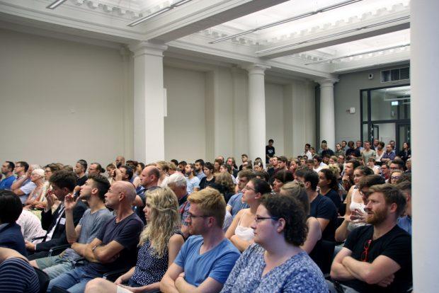 Das Publikum der gut besuchten Veranstaltung während des Vortrags. Foto: Leonie Asendorpf