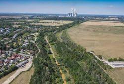 Blick über die verockerte Pleiße bei Kieritzsch zum Kraftwerk Lippendorf. Foto: Luftbild 2019, LMBV/Radke