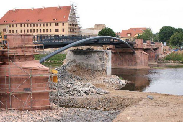 Die neu konstruierte Pöppelmannbrücke mit dem noch stehenden alten Mittelpfeiler. Foto: Stadt Grimma