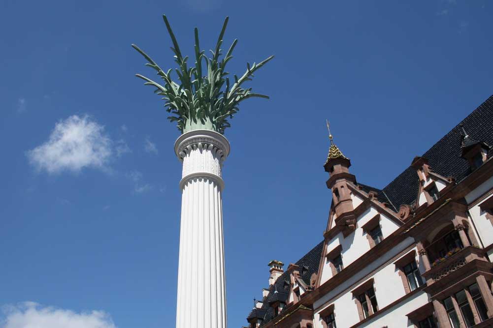 Die Säule auf dem Nikolaikirchhof erinnert an die Friedliche Revolution 1989. Foto: Ralf Julke