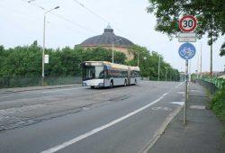 Buslinie 70 auf der Schlachthofbrücke. Foto: Ralf Julke