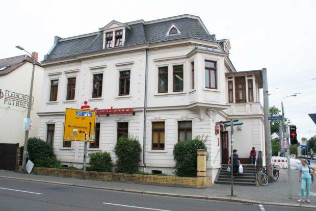 Einst Arztpraxis, heute Sparkasse; das Haus Dieskaustraße 112 in Großzschocher. Foto: Ralf Julke