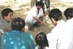 Ein Tsimane-Mann hilft beim Schlichten eines Landrechtsstreits. Foto: Chris von Rueden