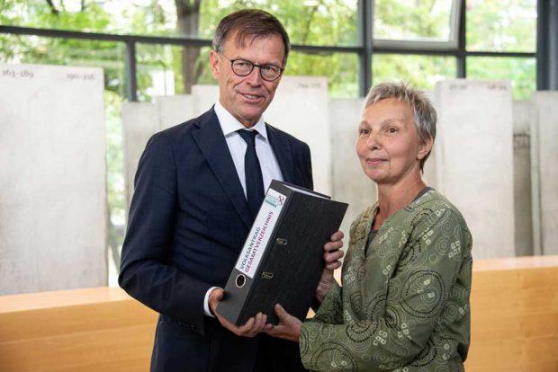 """Dr. Matthias Rößler und Doreen Taubert, Vertrauensperson des Volksantrags """"Längeres gemeinsames Lernen in Sachsen"""". Foto: Bündnis """"Gemeinschaftsschule in Sachsen"""""""