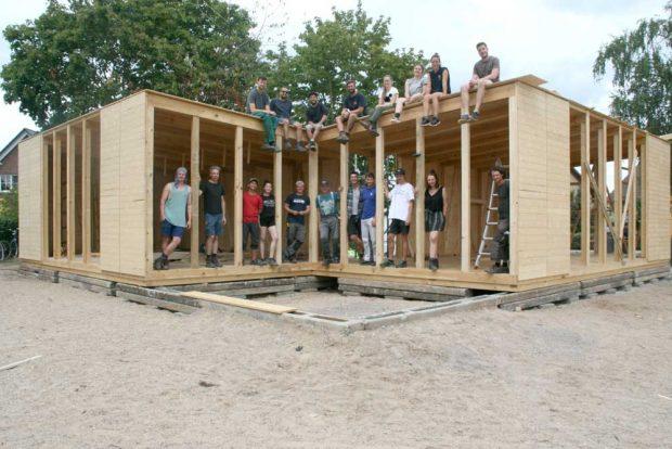Studierende der Uni Kassel mit dem Haus (Baustand 8. August). Foto: Uni Kassel