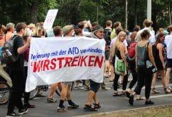 """Streikaufruf bei der """"unteilbar""""-Demonstration in Leipzig am 6. Juli 2019. Foto: L-IZ"""
