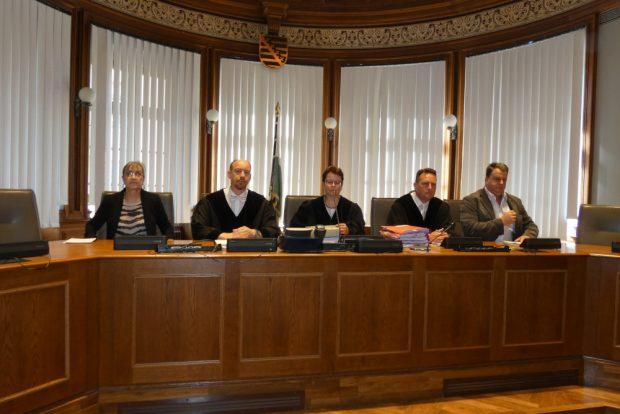 Die 6. Strafkammer unter Vorsitz von Richterin Anja Wald (M.) soll für Aufklärung in dem verworrenen Fall sorgen. Auch die Besetzung wurde vor Prozessbeginn geändert, da die Sorge der Befangenheit bestand. Foto: Lucas Böhme