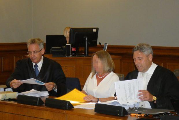 Von der Top-Juristin zur Angeklagten: Elke M. zum Prozessbeginn mit ihren Verteidigern Michael Stephan (l.) und Curt-Matthias Engel. Foto: Lucas Böhme