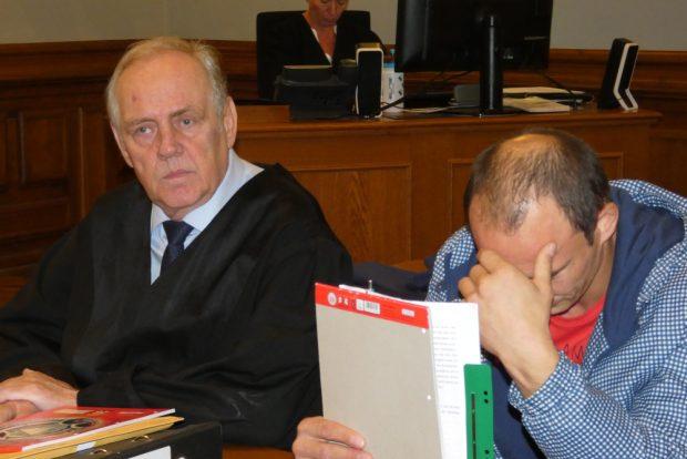 Konnte keine Erklärung für seine Tat liefern: Deividas R. (r., neben Verteidiger Matthias Luderer) am Montag im Landgericht. Foto: Lucas Böhme
