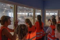 Blick von der Leitwarte der Mechanisch-Biologischen Abfallbehandlungsanlage in die Annahmehalle. Foto: ZAW