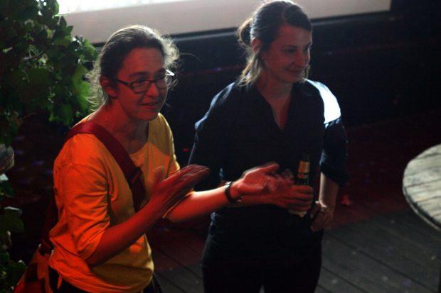 Claudia Maicher und Christin Melcher ziehen mit Direktmandaten für die Grünen aus Leipzig ein. Hier bei der Ergebnispräsentation in der Distillery. Foto: L-IZ.de