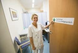 Das Apotheker-Arzneimittelgespräch hilft, Doppelmedikationen oder unplausible Dosierungen zu vermeiden. Foto: Stefan Straube / UKL