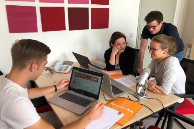Das Team bei der Sichtung und Vertonung der Lehrvideos, v.l.n.r. Florian Schlecht, Initiatorin Prof. Dr. Carmen Bachmann, Johannes Gebhardt, Anna Hanitzsch. Foto: privat