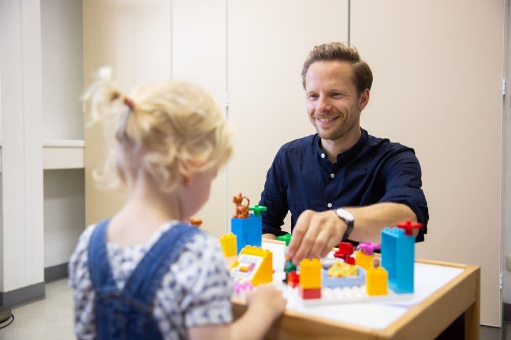 Diplom-Psychologe Steffen Elsner, hier mit kleienr Patientin, koordinert die neue Spezialsprechstunde am UKL. Foto: Stefan Straube / UKL