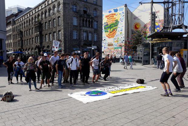 Die Tanzdemo startete auf dem Willy-Brandt-Platz. Foto: René Loch