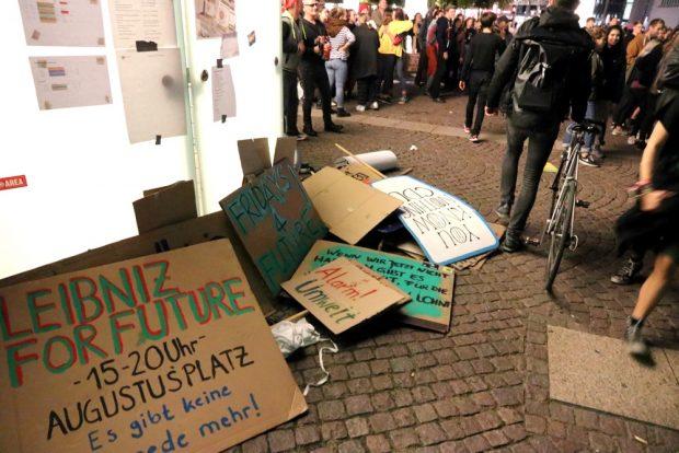 Übrigens fein säuberlich wieder zusammengetragen und mitgenommen - die fff-Plakate nach der Demo. Foto: L-IZ.de