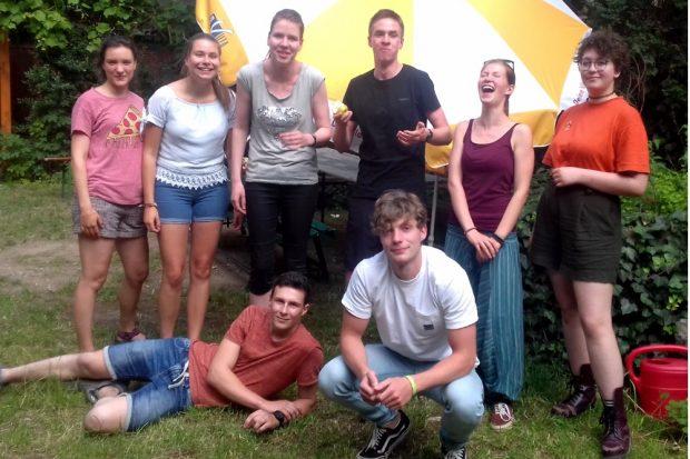 """Von links nach rechts: hinten: Emma, Malena, Lucie, Johann, Raja, Jula vorne: Maik, Lucas. Quelle: Soziokulturelles Zentrum """"Die VILLA"""""""