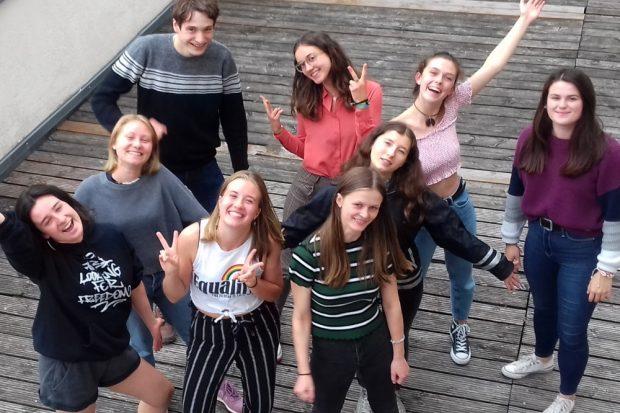 """Von links nach rechts: hinten: Moritz, Melanie, Pauline, Ida Mitte: Ida, Ilsabe vorn: Kyra, Hannah, Wilma. Quelle: Soziokulturelles Zentrum """"Die VILLA"""""""