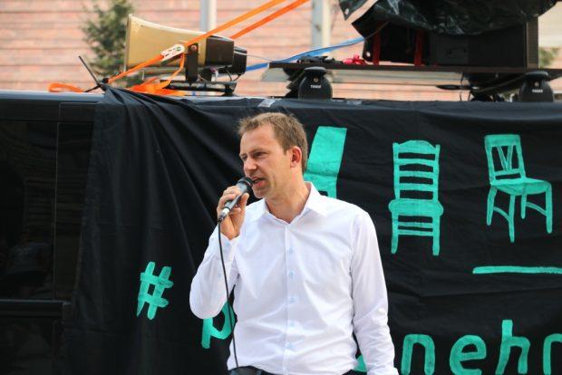 Leipziger Stadtvorstand Holger Mann (SPD) wird wieder im Landtag Platz nehmen können. Zwar geschwächt, aber wohl wieder in der Regierung. Heute vor dem Rathaus Leipzig. Foto: L-IZ.de