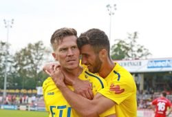 Patrick Wolf hat soeben das 1:0 für den 1. FC Lok in Meuselwitz erzielt. Senic jubelt mit. Foto: Thomas Gorlt.