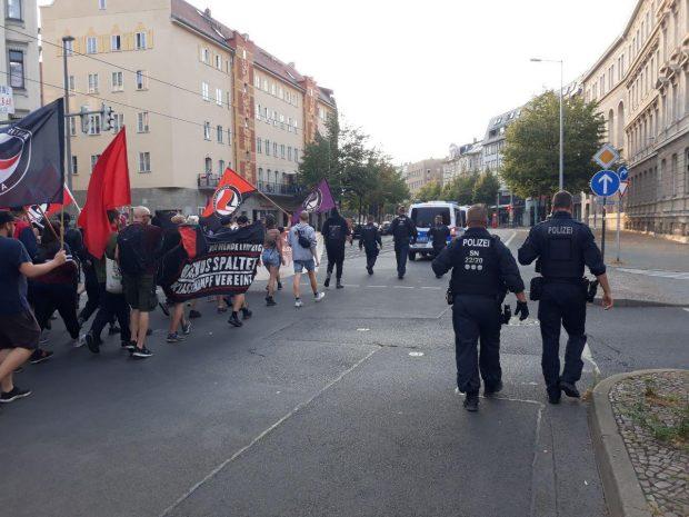 Leipzig demonstriert. Gegen 18:40 Uhr haben sich die ersten linken demonstranten aus em Osten auf den Weg gemacht. Foto: L-IZ.de